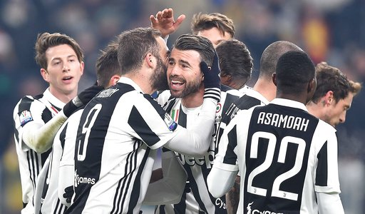 Juventus ăn mừng chiến thắng 2-0 trước Genoa