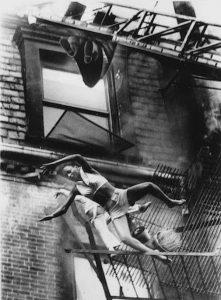 nhói lòng bức ảnh cả 2 mẹ con rơi ra từ chung cư tòa nhà đang bốc cháy