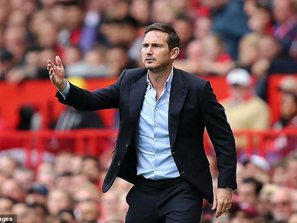 HLV Lampard tỏ ra không phục sau trận thua 0-4 trước MU